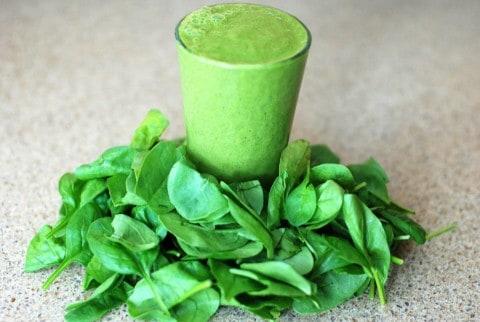 grüner Smoothie aus Spinat