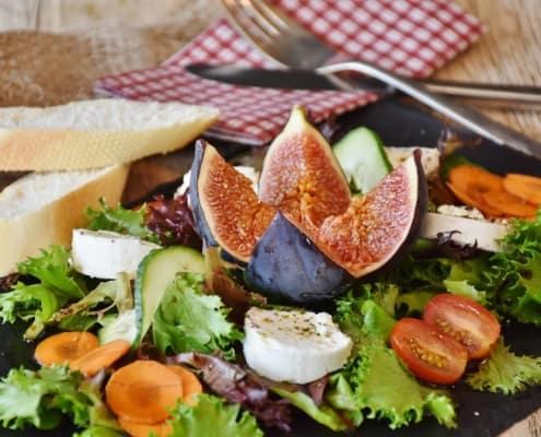 Gesunde Snacks mit Trockenobst und Salat