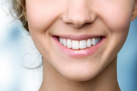 Natürliche schöne und gesunde Zähne